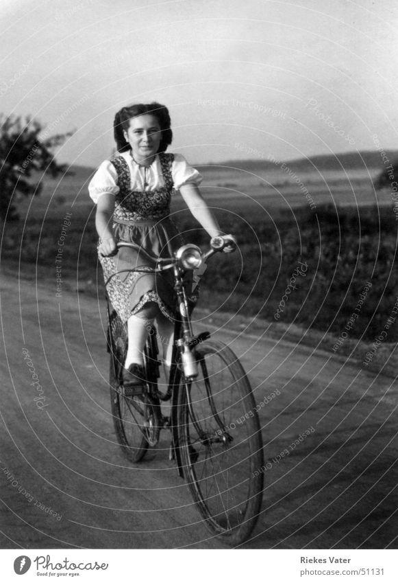 auf dem Fahrrad Frau Freude lachen Fahrrad Feld Verkehr Fußweg Bluse Hannover Schürze Kniestrümpfe Degersen 1941