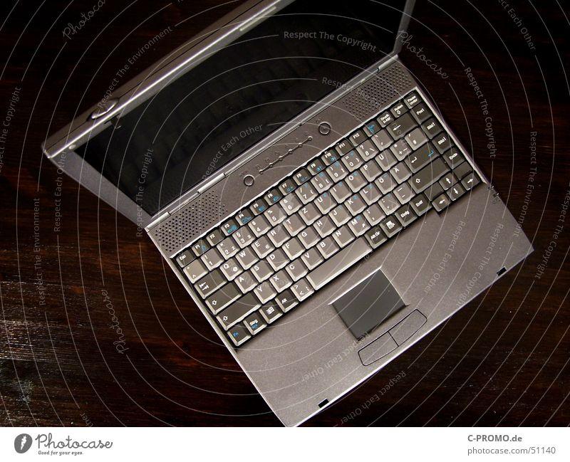 Grauer Laptop dunkel grau braun Business Computer Tisch Technik & Technologie Medien Mobilität Notebook Tastatur Bildschirm flach Tischplatte Vogelperspektive