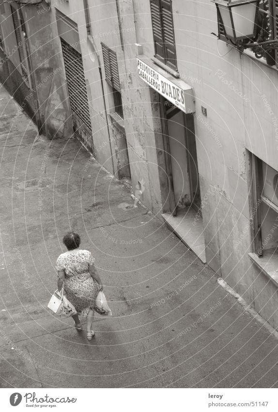 Einkauf in den Gassen von Palma Palma de Mallorca kaufen Vogelperspektive Einsamkeit Armut aussenaufnahme mit teleobjektiv