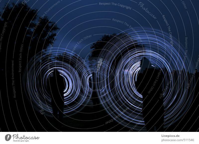 """Circles Freizeit & Hobby maskulin 3 Mensch 30-45 Jahre Erwachsene Kunst blau schwarz weiß Lichtmalerei """" Lichtkreise,"""" Farbfoto Experiment Nacht"""