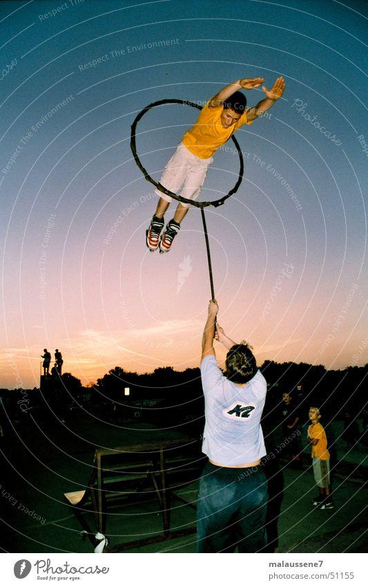 mit schmackes gelb Sport planen Rollschuhe Kreis Akrobatik fantastisch Salto Inline Skating Sonnenuntergang Inline skates domptieren Dompteur