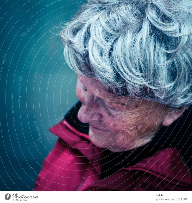 Mensch Frau alt Erholung kalt Leben feminin Senior Traurigkeit Denken Zeit träumen Zufriedenheit Häusliches Leben trist 60 und älter