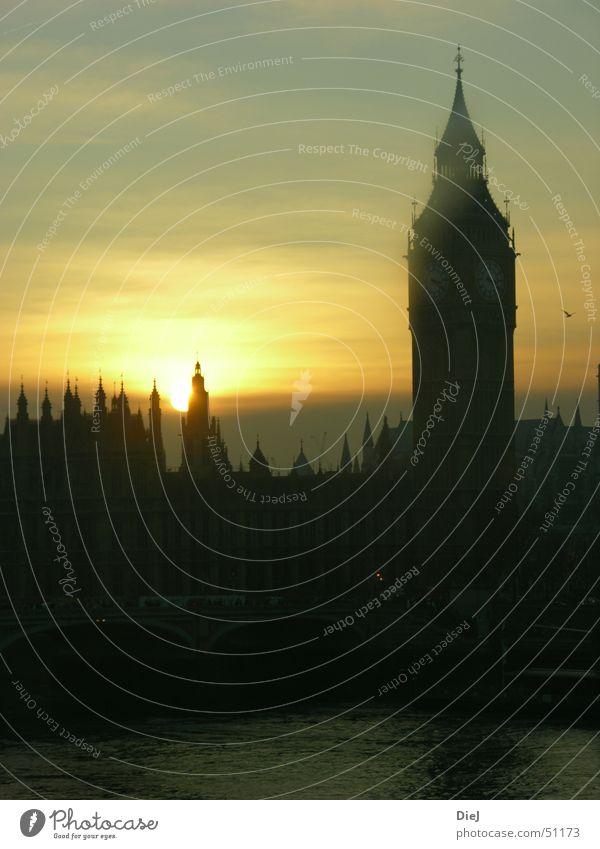 BigBen Wasser alt Sonne schwarz gelb Turm Skyline historisch Wahrzeichen London Stadtzentrum Abenddämmerung Sehenswürdigkeit Bekanntheit Altstadt Attraktion