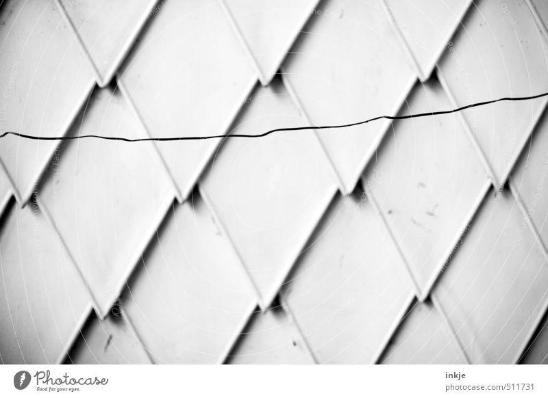 gerissene Hausfassade Wand Mauer Linie Metall Fassade Ordnung Spitze Schutz Pfeil Maske Riss hängen eckig Symmetrie Plattenbau Ornament