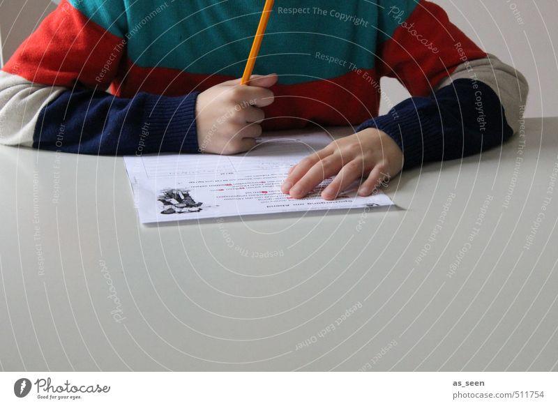 Hausaufgaben Kind blau weiß Hand rot ruhig Junge grau Denken Schule orange Kindheit Finger lernen Papier Idee