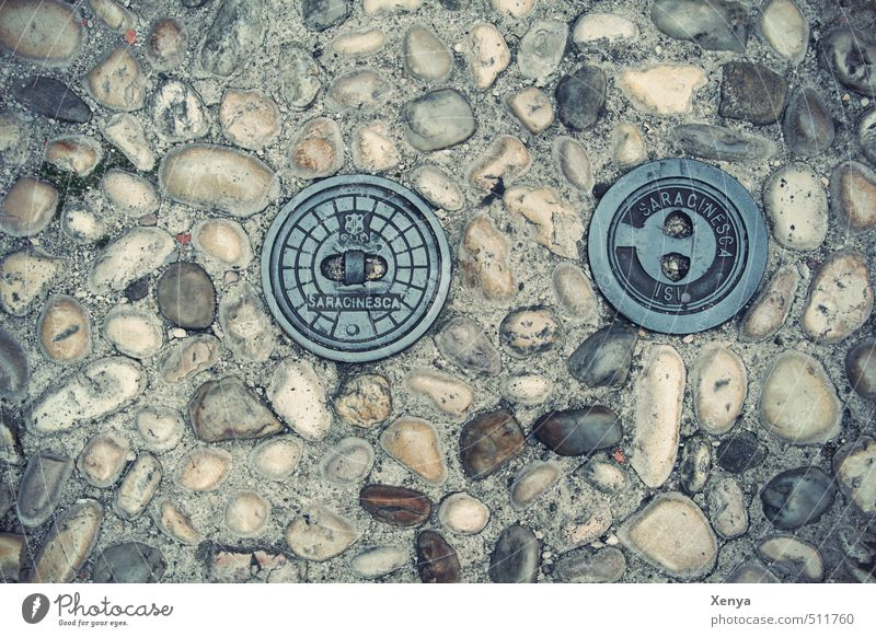 Blick nach unten Bodenbelag Straßenbelag Bürgersteig Stein retro Stadt grau rund steinig Gully pflastern Gedeckte Farben Außenaufnahme Menschenleer Tag