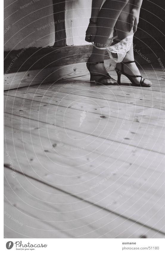 Vorsicht auf schlüpfrigem Untergrund Frau Hand weiß schwarz Erotik nackt Fuß Schuhe Beine Haut elegant Bodenbelag Parkett Unterhose entkleiden Damenschuhe