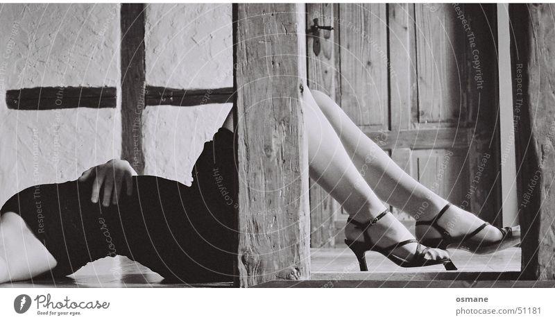 Auf dem Präsentierteller Bodenbelag schwarz grau weiß Hohlkreuz Schuhe Damenschuhe Kleid Frau Fachwerkfassade Erotik angewinkelt Haut Beine Fuß sanalen Pfosten