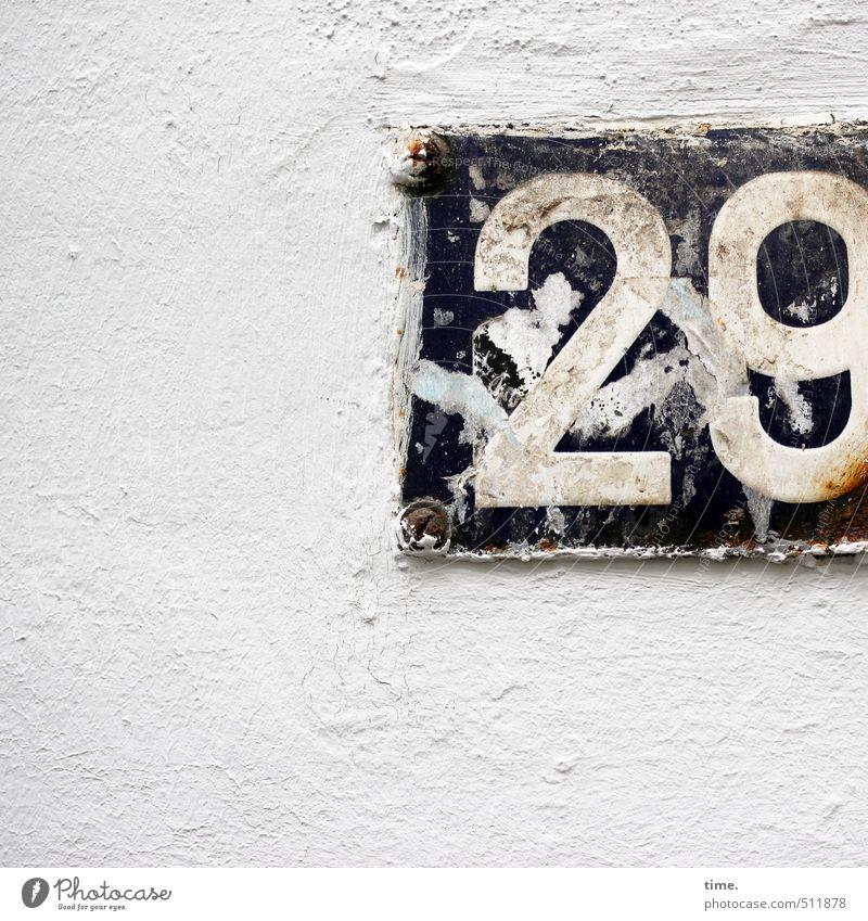 noinzwansch Mauer Wand Hausnummer Ziffern & Zahlen Schilder & Markierungen dreckig hässlich kaputt trashig trist Stadt grau schwarz weiß Langeweile Erschöpfung