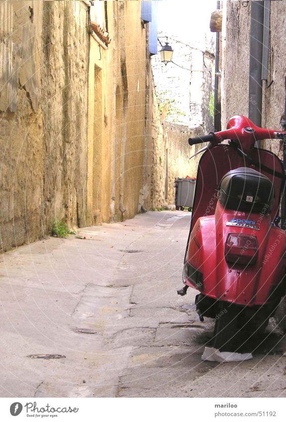 Roter Roller rot Ferien & Urlaub & Reisen Sommer Straße Wege & Pfade Stein laufen modern Geschwindigkeit Technik & Technologie fahren Italien Fahrzeug Frankreich Motorrad Gasse