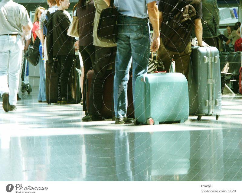 warten Mensch Ferien & Urlaub & Reisen Arbeit & Erwerbstätigkeit Menschengruppe Bodenbelag Flughafen türkis Bahnhof Tasche Lagerhalle Koffer Schalter