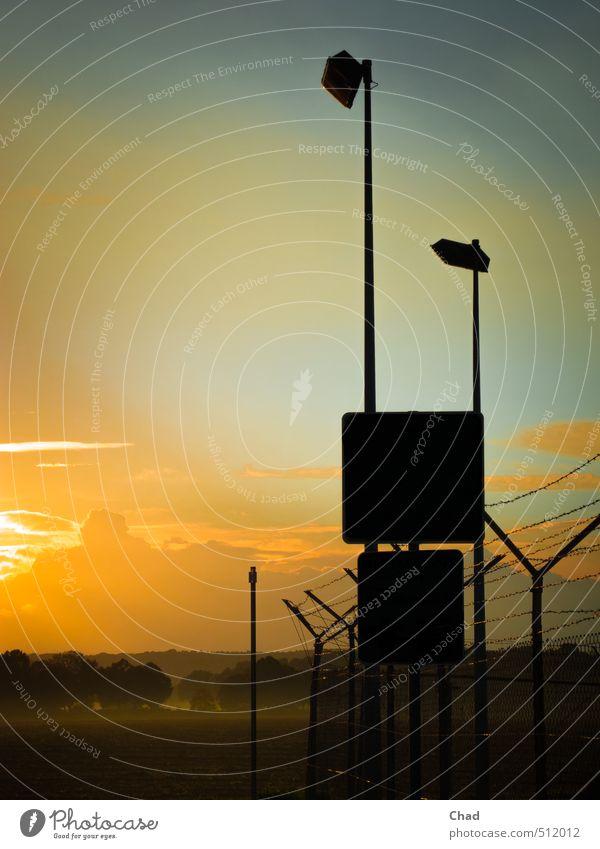 Abendzaun Himmel blau Baum Wolken schwarz kalt Wärme Herbst Horizont Metall orange Feld Angst Nebel Schilder & Markierungen Hinweisschild
