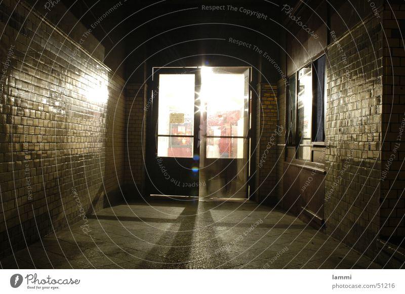 Tür zum Licht Einsamkeit dunkel Bewegung hell Tür geschlossen leer Hoffnung offen lang Tunnel Eingang Flur Überraschung