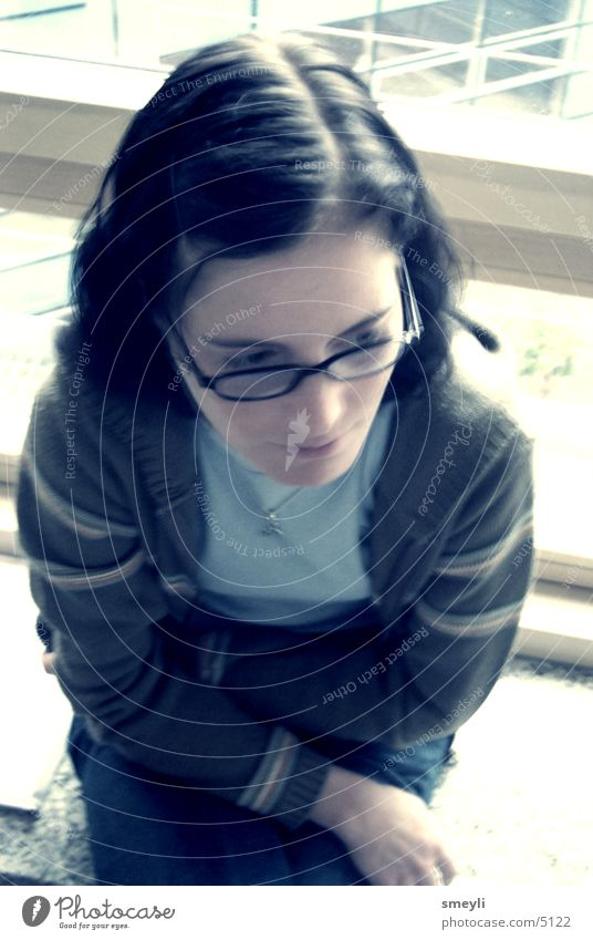abseits denken Frau Hand Jugendliche schön feminin Denken sitzen Perspektive Brille langhaarig