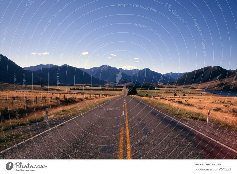 3, 2, 1 - GO! Himmel Ferne Straße Berge u. Gebirge Wege & Pfade Gras Linie laufen fahren Asphalt Hügel Mitte trocken dünn Verkehrswege Flucht