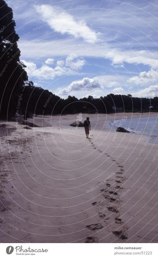 spuren im sand Küste Suche Fußspur Sand Spuren Mensch weglos Reihe Barfuß