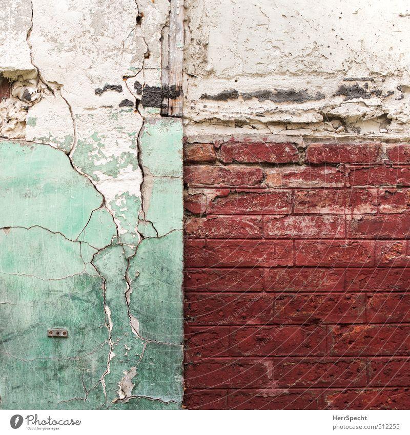 Old friends Paris Stadt Altstadt Haus Gebäude Mauer Wand Backstein alt ästhetisch dreckig kaputt trashig trist grün rot weiß Backsteinwand Riss Hinterhof Hof
