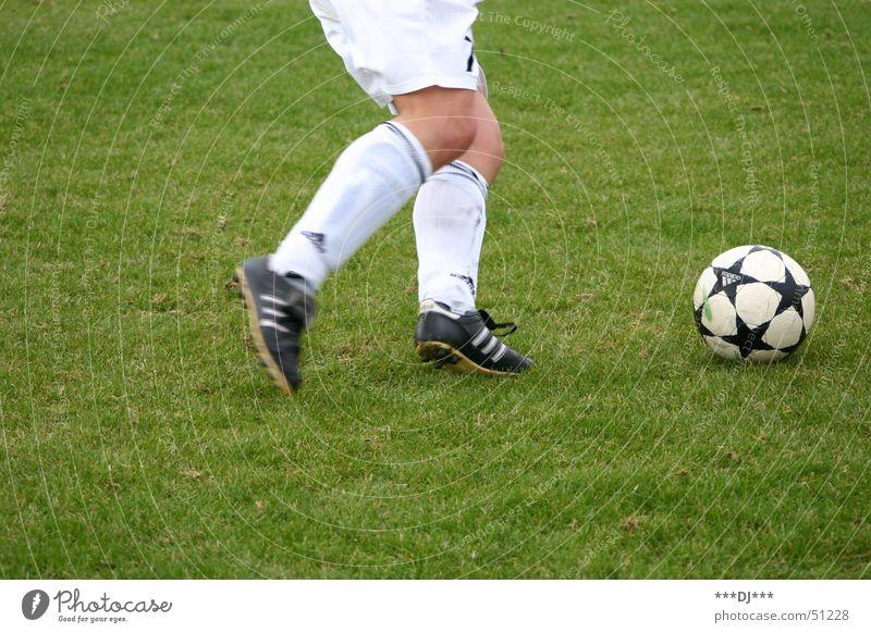 Auf geht´s zur WM 2006! Schuhe abstützen Hose grün Gras Fußballplatz Shorts Knie schießen Weltmeisterschaft Liga soccer shoes Ball Rasen field lawn player shoot
