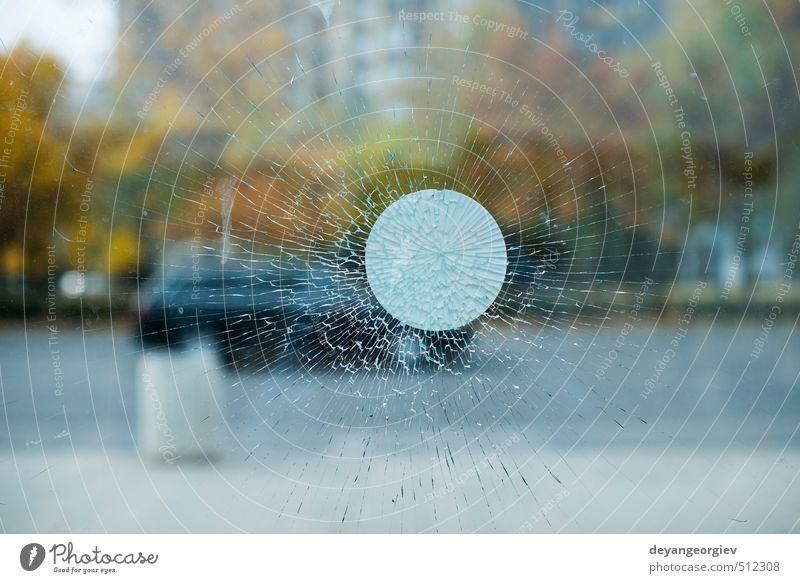 Glassplitter und Stadthintergrund Design Spiegel Natur schwarz weiß Gewalt Versicherung Zerstörung gebrochen Riss zerbrochen Fenster Hintergrund Golfloch