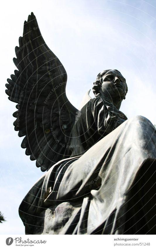 Angel alt Himmel Wolken grau Engel Romantik Feder Flügel Statue Skulptur Spinne Klassik Bronze Patina
