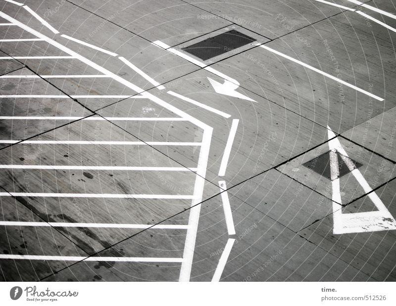 Spielregeln II Stadt weiß Wege & Pfade grau Linie dreckig Verkehr Schilder & Markierungen Ordnung verrückt Beton Sicherheit planen Zeichen fest Pfeil