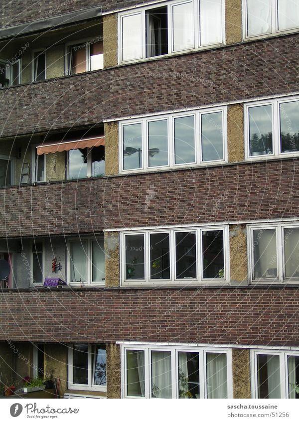 Balkone des Lebens... oder so Wand Stein Backstein Fenster Stadt Stadtleben Bruch Haus Aussicht Einblick Blick Reflexion & Spiegelung Aussehen Stil