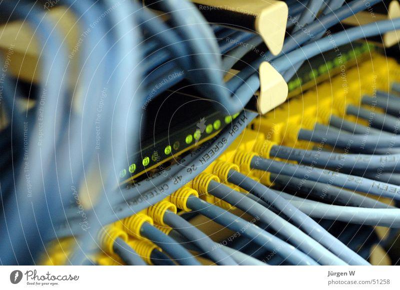 Verbindung Flugzeugträger Stecker gelb Computer durcheinander Elektrisches Gerät Technik & Technologie Informationstechnologie Kabel blau Netzwerk cable plug