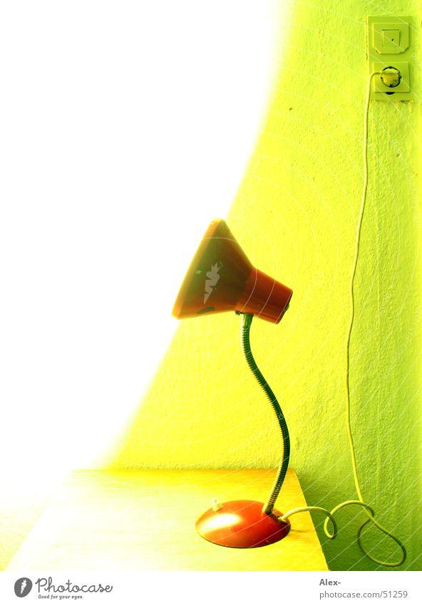 Tischlampe Lampe Licht Überbelichtung grün Schrank Bett Schlafzimmer old-school retro rot Steckdose Elektrizität Glühbirne Stecker Lichtschalter leuchkraft hell
