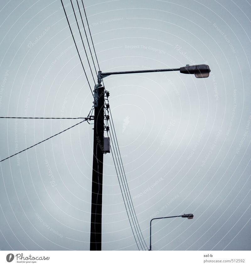 Dorfkreuzung Häusliches Leben Energiewirtschaft Himmel Wolken Gewitterwolken schlechtes Wetter Stadt Straße Netzwerk ästhetisch dunkel hoch oben