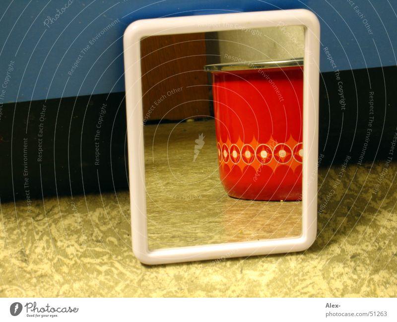 Spiegeleintopf blau rot Stil Holz Perspektive retro Bild verstecken Topf Schrank