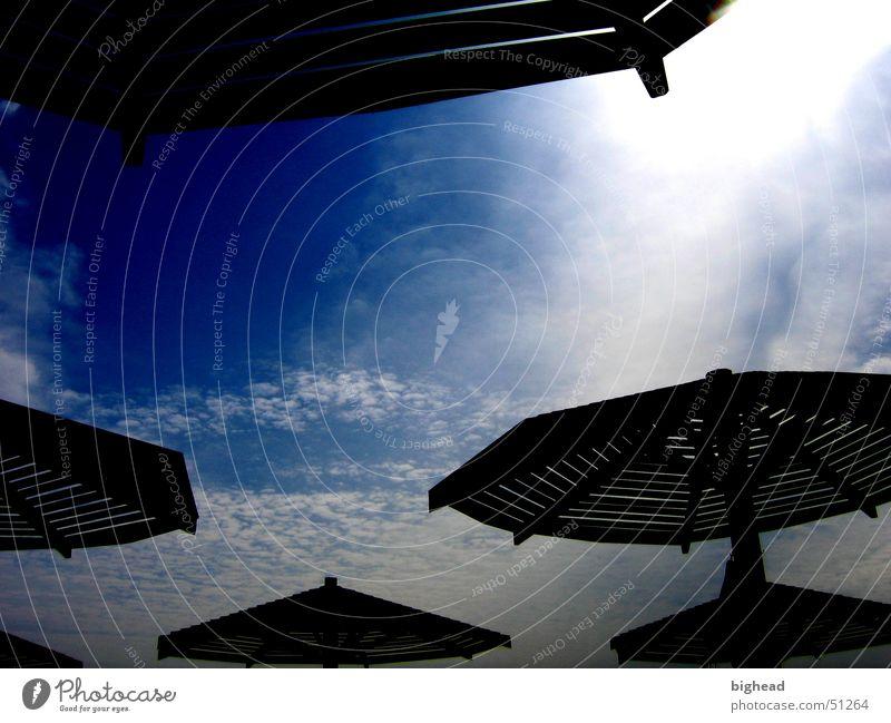 dark sunshades Sonnenschirm UFO Sommer dunkel Wolken Strand Schutzdach Badestelle Himmel Sonnenbad Afrika Küste Schatten blau Kontrast Natur sky shadow clouds