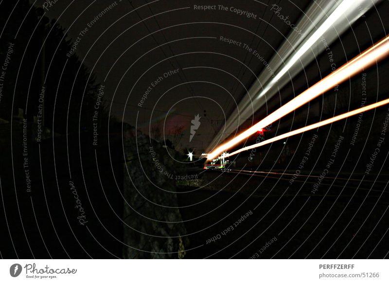 langzeitbelichtung Langzeitbelichtung Geschwindigkeit Nacht dunkel schwarz Bahnhof Bewegung Balken