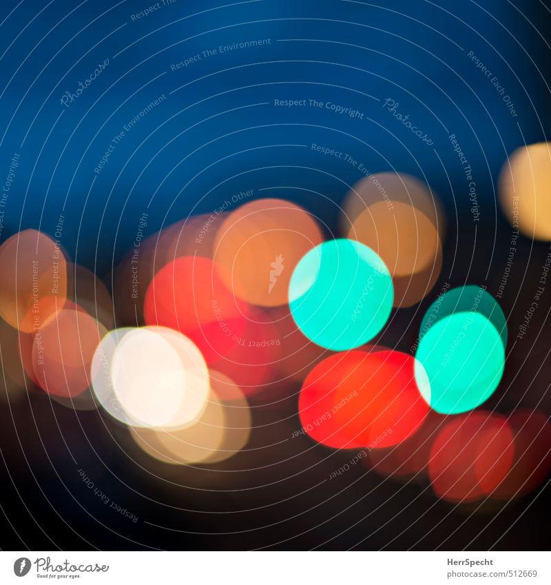 Abendverkehr Stadt Verkehr Straße Ampel PKW ästhetisch Coolness Fröhlichkeit schön mehrfarbig Licht Lichtpunkt Unschärfe Straßenverkehr glänzend kreisrund Kreis