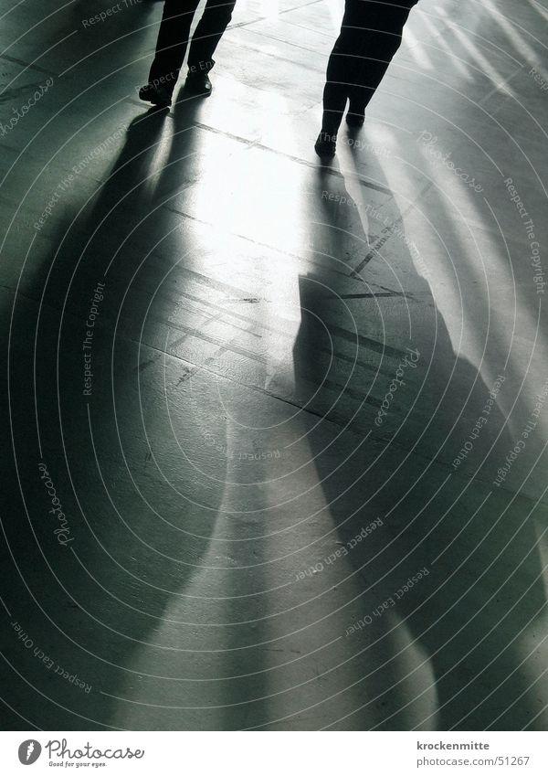 sie kommen Gegenlicht gehen Schuhe Anzug 2 Krimineller Schattenspiel Thriller schwarz unerkannt Licht Tanzfläche laufen Paar Bodenbelag Elektrizität