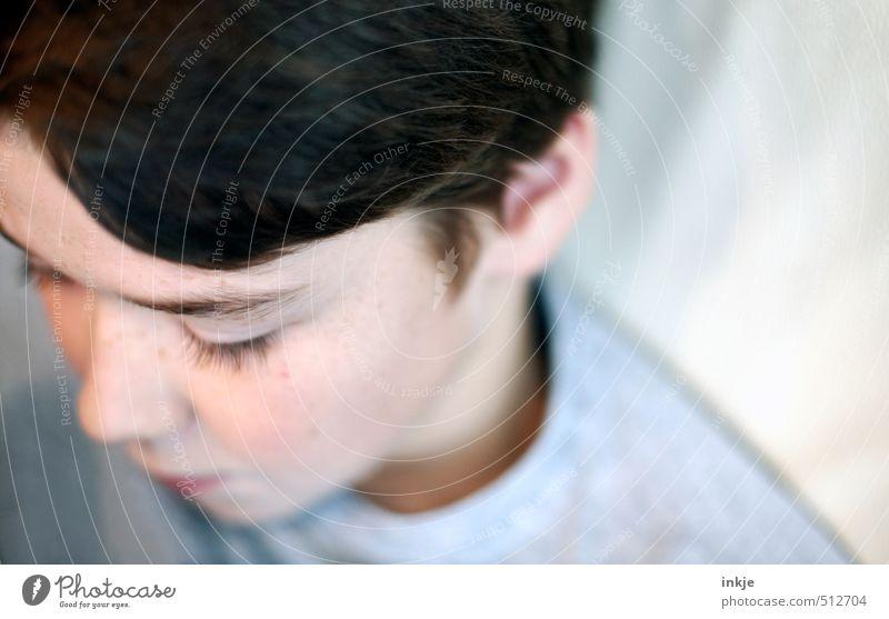 trash 2013 Lifestyle Junge Kindheit Jugendliche Leben Gesicht Mensch 8-13 Jahre Gefühle Stimmung ruhig Traurigkeit Farbfoto Gedeckte Farben Innenaufnahme