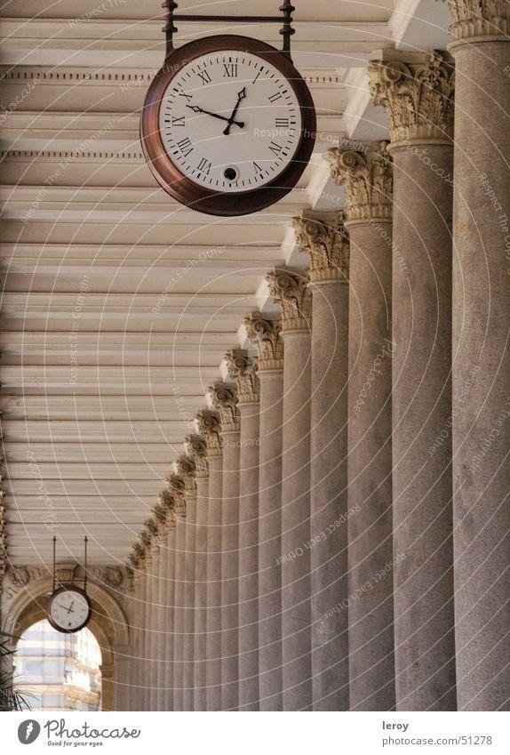 Kolonaden-Zeit Uhr Karlsbad Kolonnaden Vergänglichkeit Außenaufnahme Säule kolonaden Architektur