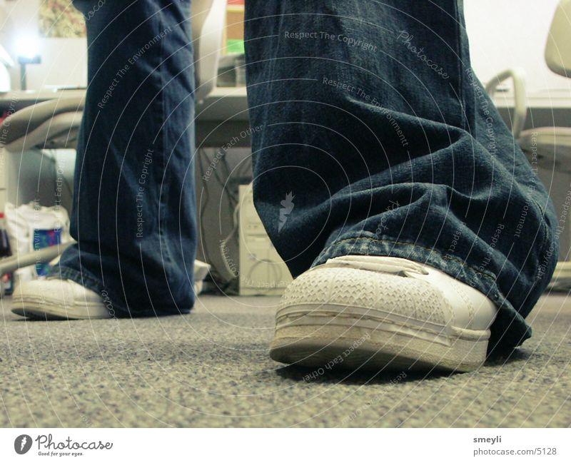 auf dem boden bleiben Nahaufnahme Schuhe Hose Bodenbelag gehen stehen Mensch Beine Detailaufnahme