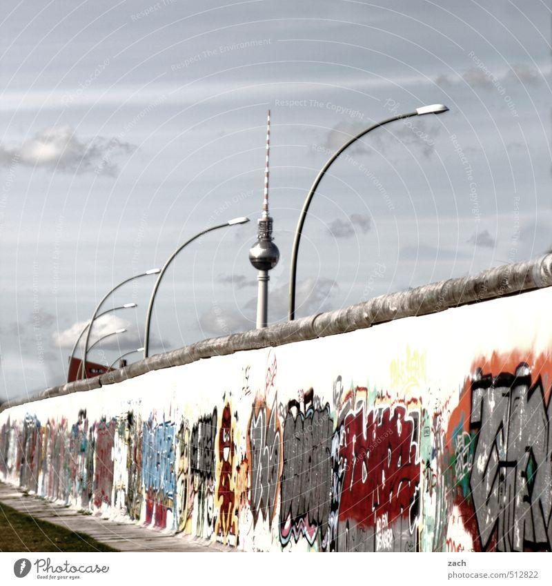 Nach meiner Kenntnis... ist das sofort, unverzüglich Stadt Sommer Graffiti Wand Mauer Berlin Stein Lampe Tourismus Beton Zeichen Straßenbeleuchtung Laterne
