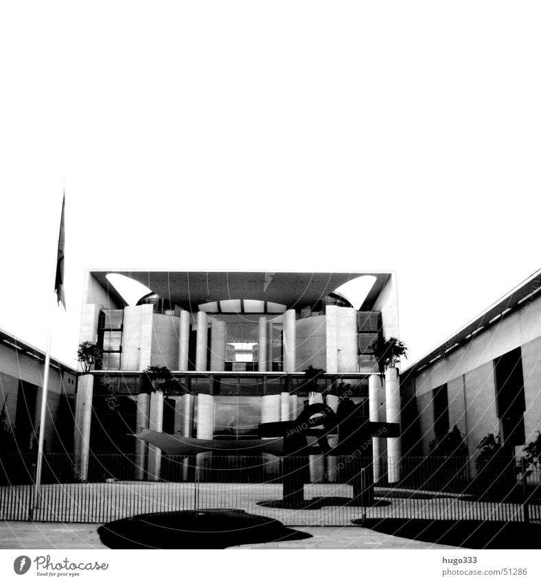 eine neue mieterin Bundeskanzler Amt Skulptur ruhig Zaun leer Regierungssitz Gras Deutschland Politik & Staat Schwarzweißfoto Berlin Windstille Aussicht