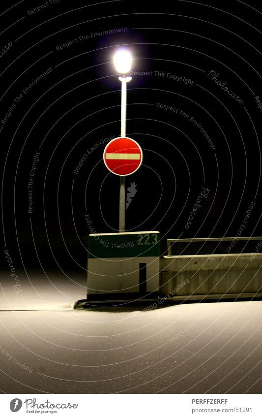 Einbahnstraße rot Winter ruhig Einsamkeit Lampe dunkel Schnee Schilder & Markierungen Verkehr Laterne Parkhaus