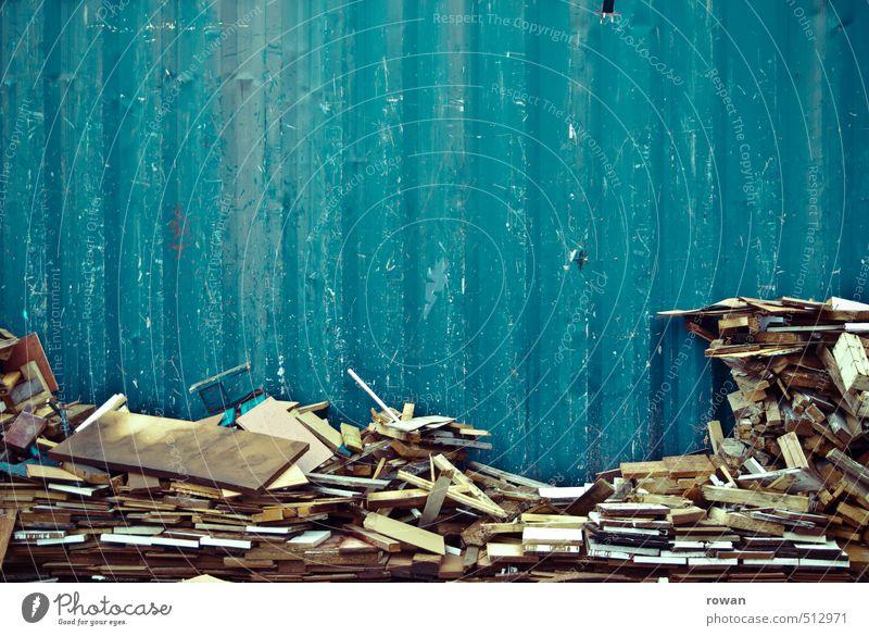 gestapelt Metall blau Müll Container Strukturen & Formen Stapel Holz Holzbrett Hintergrundbild Linie parallel alt Schramme Farbfoto Außenaufnahme Menschenleer