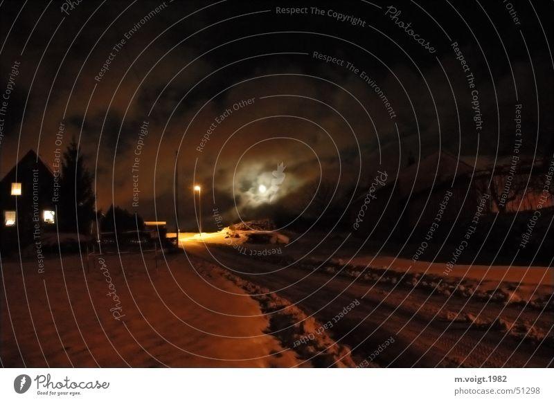 Untergangsstimmung Farbfoto Außenaufnahme Menschenleer Textfreiraum unten Nacht Licht Winter Schnee Haus Lampe Wolken Nachthimmel Mond Vollmond Eis Frost