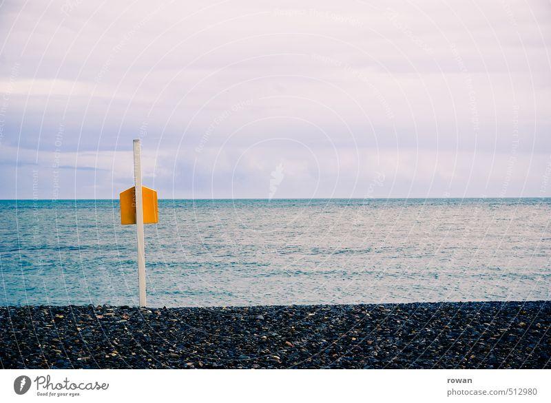 horizont Küste Strand Meer Unendlichkeit gelb Holzpfahl Pfosten Stein steinig Horizont ruhig Himmel Wolkenhimmel Nebensaison Farbfoto Außenaufnahme Menschenleer