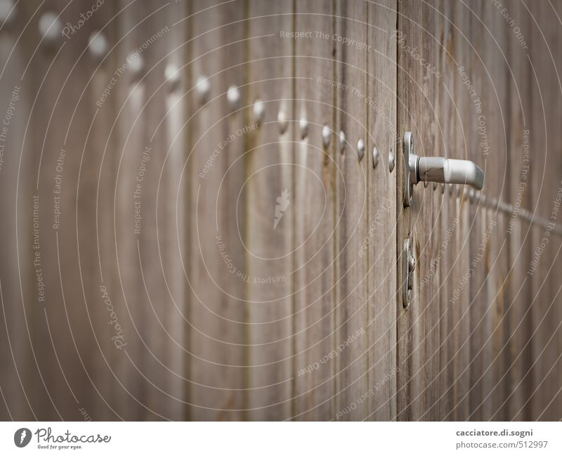 Irgendwohin Tür Türknauf Griff Bretterzaun Holz dunkel trist braun Sicherheit Schutz Verschwiegenheit Ordnungsliebe sparsam Neugier Einsamkeit Angst bedrohlich