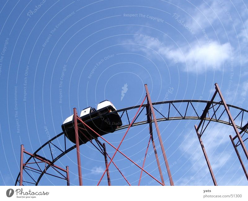 Ratter ratter ratter Achterbahn Wolken Gleise Wagen Vergnügungspark Ereignisse rollercoaster Himmel blau alt Baugerüst