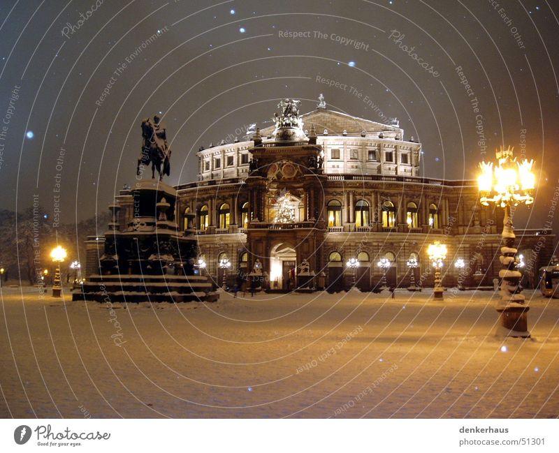 Der Laternenpfahl Semperoper Dresden Nacht Licht Statue Pferd Gebäude Haus Platz historisch Oper Schnee Romantik Schneeflocke Winter friedlich ruhig