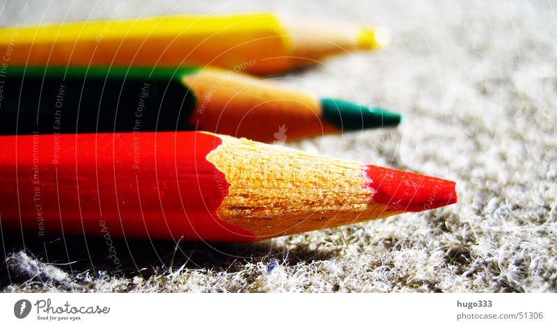 drei farben: rot, grün, gelb Farbstift matt Teppich Auslegware Holz Richtung Politik & Staat Ampelkoalition SPD FDP Farbe Spitze streichen zeichnen colour color