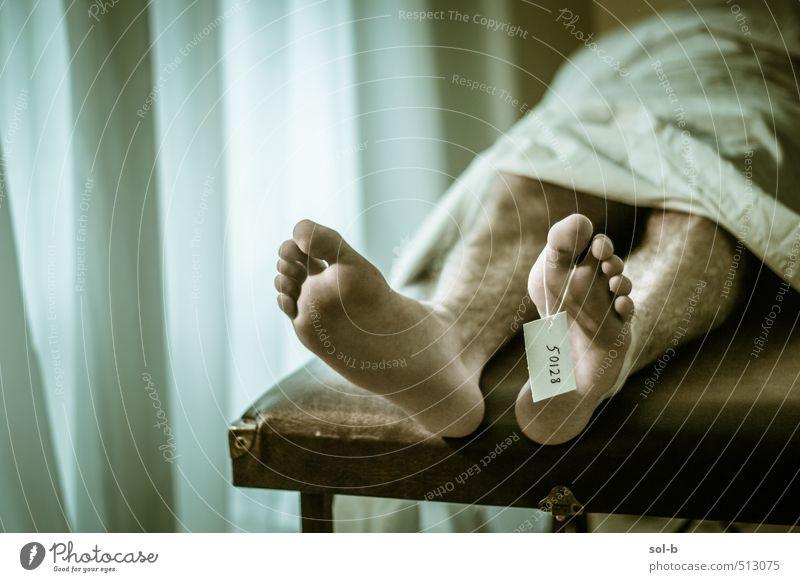 Mensch Jugendliche Mann alt Junger Mann Erwachsene dunkel Leben Traurigkeit Tod Gesundheit Beine Fuß liegen maskulin Gesundheitswesen