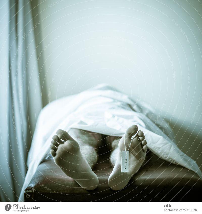 Mensch Mann Erwachsene dunkel Fenster Wand Leben Traurigkeit Tod Mauer Beine Fuß liegen Stimmung Arbeit & Erwerbstätigkeit Körper