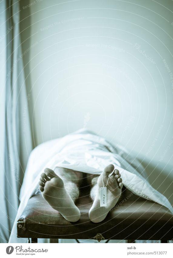 Mensch Mann nackt dunkel Erwachsene Wand Traurigkeit Tod Mauer Gesundheit Fuß liegen Arbeit & Erwerbstätigkeit Gesundheitswesen maskulin Körper